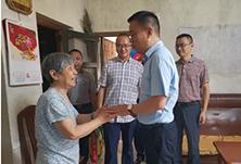 """情暖""""七一"""" 区领导慰问凤凰村社区困难党员"""