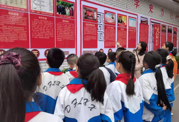 区东风校区学生参观党史长廊  重温红色革命情