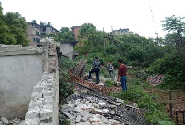 保护湘江母亲河 拆除违章搭建屋