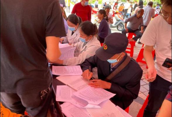 退休不褪色,国企老党员在新冠疫苗接种一线共筑防疫长城
