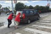 志愿者路口执勤  用行动传递文明交通