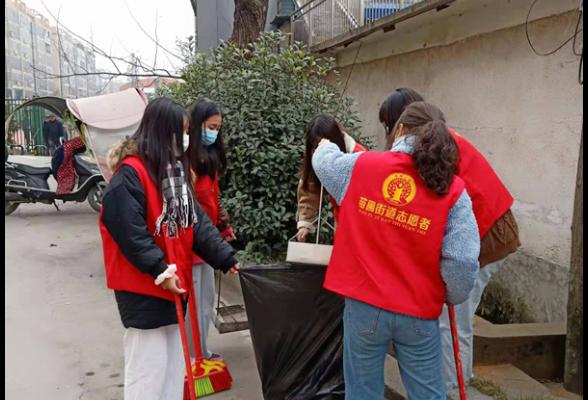 """服务里社区联合湖南财经工业职业技术学院""""衡阳群众""""志愿者开展义务大扫除活动"""