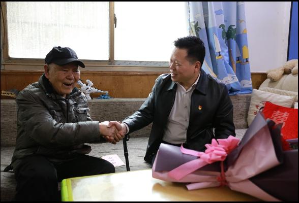魏中发春节前走访慰问建国前老党员