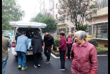 独居老人意外摔倒,大华社区迅速出动帮助脱险