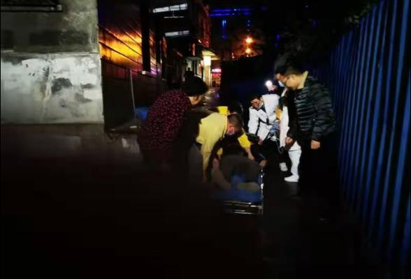 老人突发心脏病晕倒路边 社区干部下班途中紧急救人
