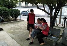"""区发改局携手清泉里社区开展""""三创""""工作入户宣传活动"""