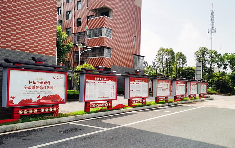 """酃湖乡政府大门外含有""""酃""""字元素的宣传栏"""