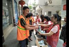 清泉里社区开展夏日慰问环卫工人爱心活动