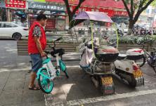 和平小区社区组织志愿者集中整治乱停乱放共享单车