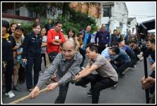 庆国庆迎中秋 周家坳社区联合衡木创业基地举办拔河比赛