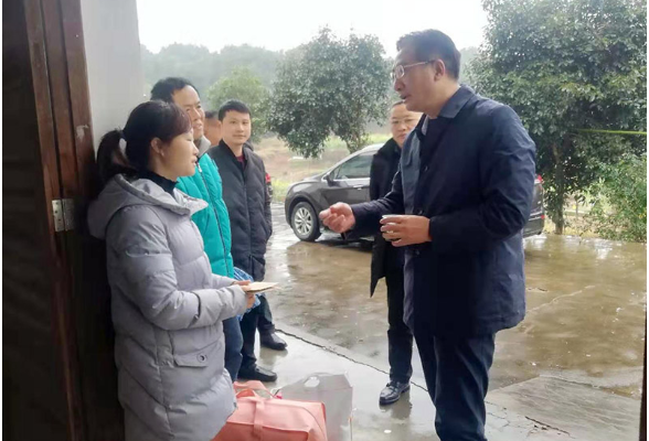 刘桢干春节前走访慰问贫困户