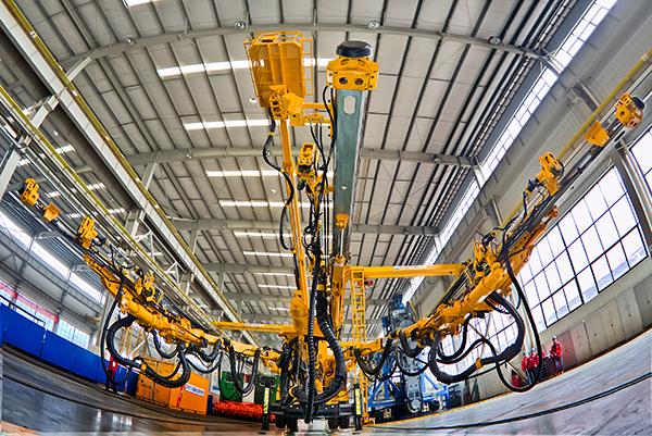 2016年3月,铁建重工研制的国产首台全电脑三臂凿岩台车成功下线。.jpg
