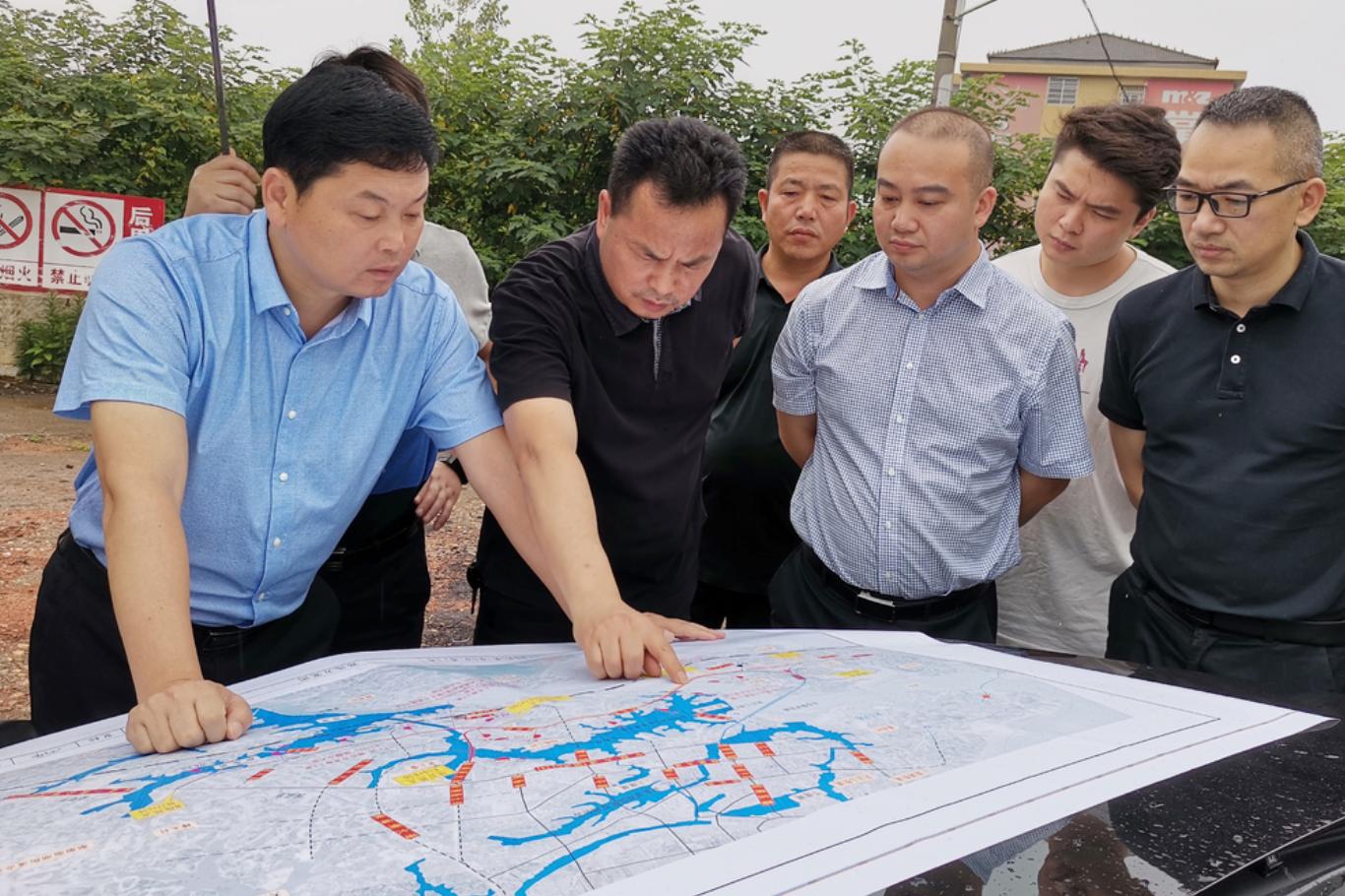 杨智勇调度农村人居环境整治、项目建设等工作