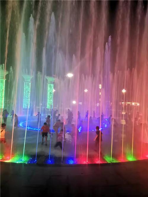 """近日,蓝山县持续高温天气,一群小朋友在家长们的带领下来到县城三蓝广场喷泉池里戏水游玩。自""""双减""""政策落地以来,孩子们的课业负担轻了,学习压力小了,孩子们尽情享受国庆假期带来的欢乐。"""