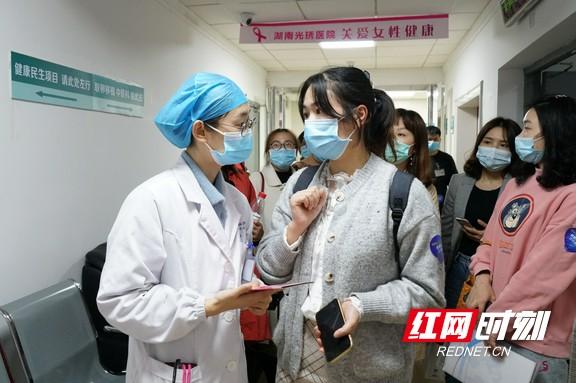 全市基层妇幼专干参观了位于光琇医院内的健康民生项目诊室2.marked.jpg
