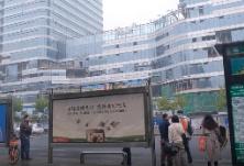 """视频丨能报站、能充电、还能借伞……长沙""""智能公交站牌""""来了"""