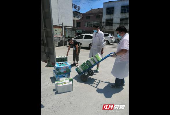 岳阳县卫健局慰问一线接种医务人员