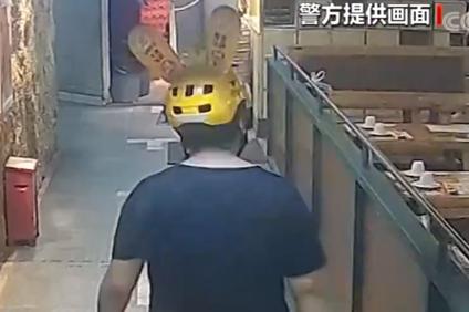 广东深圳 冒充外卖小哥 男子偷食外卖