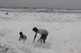 """印度海边再现""""毒泡沫"""""""