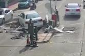 云南昆明:货车侧翻 男子被沥青埋压