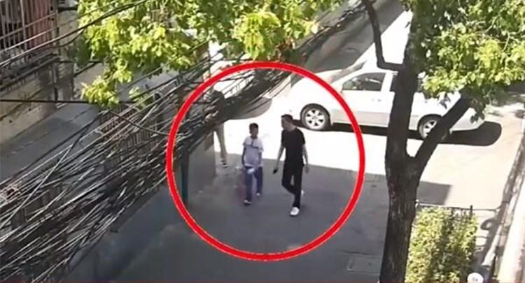 """上海:男孩捡垃圾疑似被拐 实为家长""""另类教育"""""""