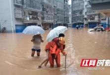 龙山:深夜暴雨小区被淹 消防紧急疏散被困人员