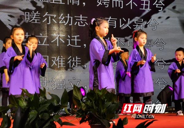 """6月22日晚上,""""我们的节日端午""""文艺晚会在武陵阁四楼举行。现场学生表演屈原名篇。"""