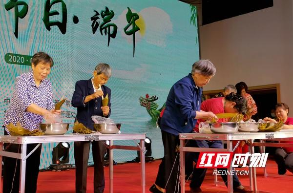 """6月22日晚上,""""我们的节日端午""""文艺晚会在武陵阁四楼举行。现场举行包粽子比赛。"""