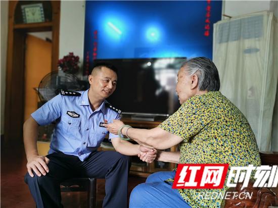 """慈利县公安局到零阳镇西街社区开展""""三联四建""""活动"""