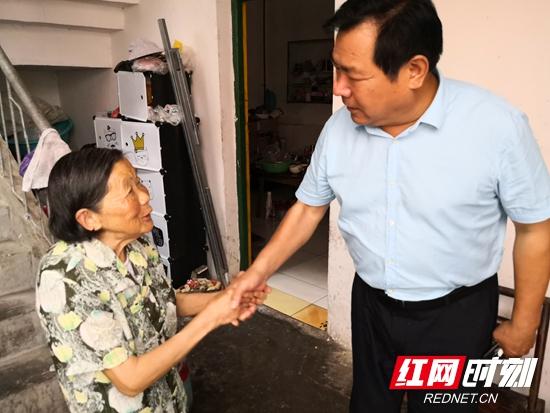 张家界市环境卫生管理处党支部开展七一慰问退休病困党员活动