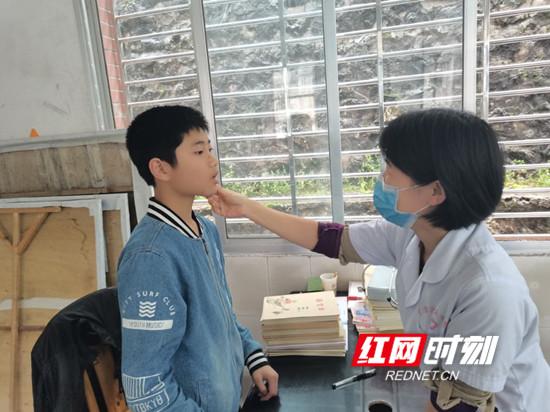 慈利县龙潭河镇中学:免费体检 护航成长