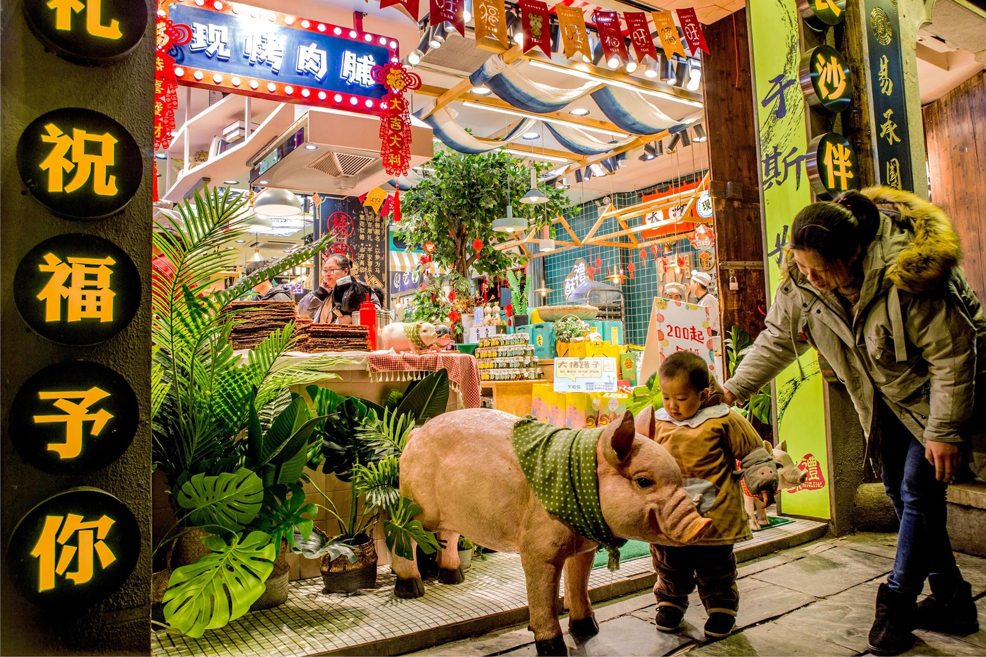 【22号作品:魅力店铺】 古老的街道,店铺独具特色的摆设引来孩童专注的目光,童趣油然而生。