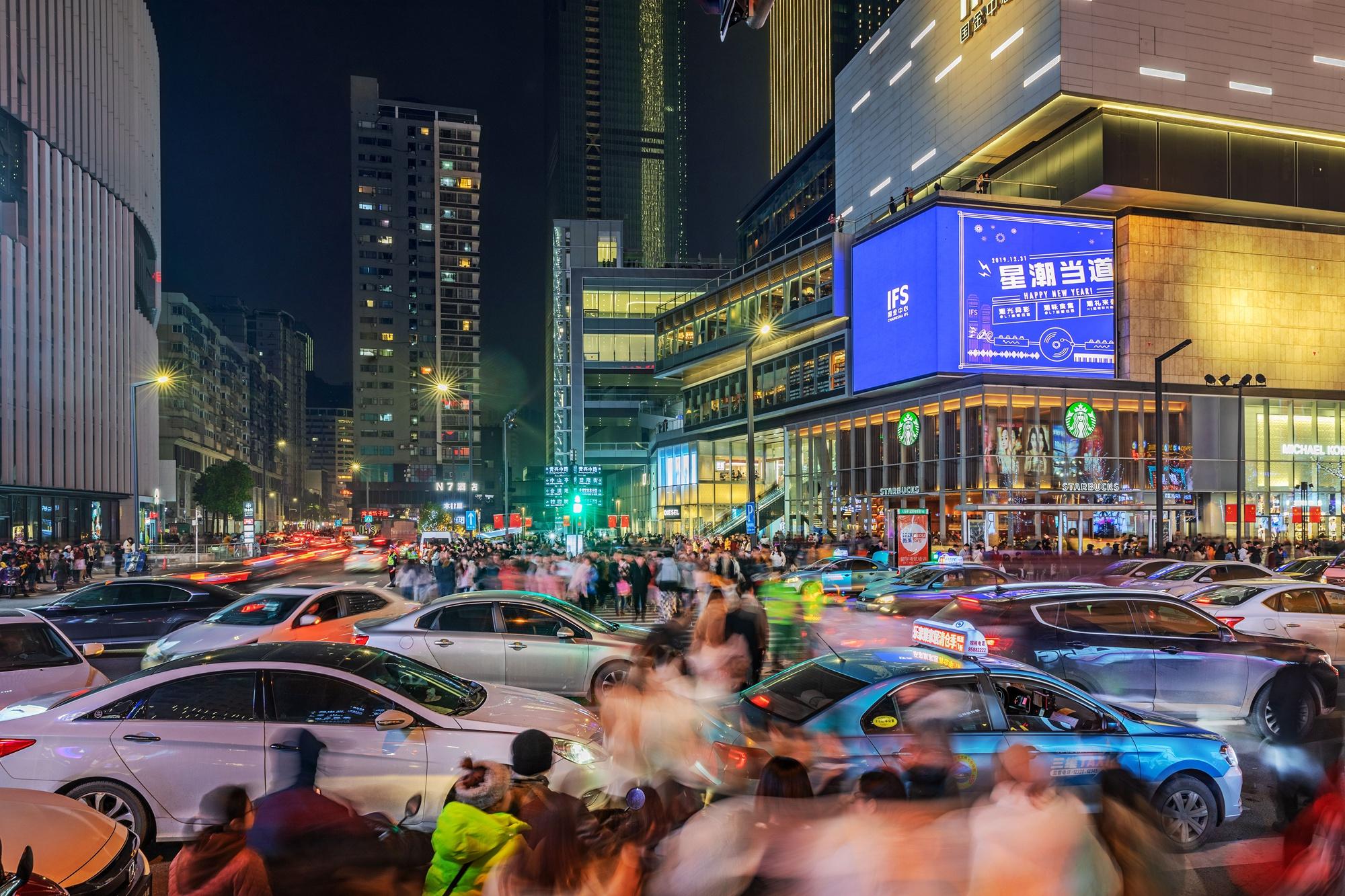 【27号作品:车水马龙】 五一商圈,长沙最繁华的街市,入夜花灯璀璨、车水马龙、人头攒动,充满活力。