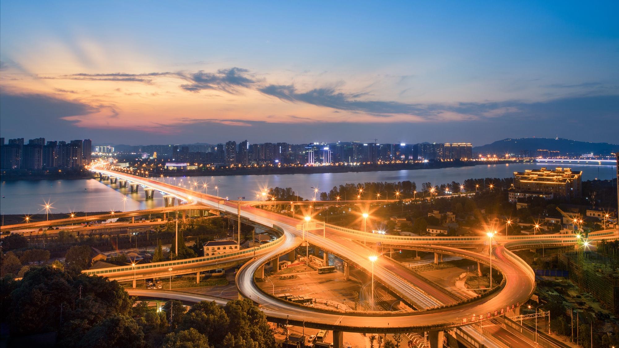 【4号作品:长龙飞渡】 灯火映照,湘府路大桥长龙飞渡,河东河西相得益彰,绚丽多彩。