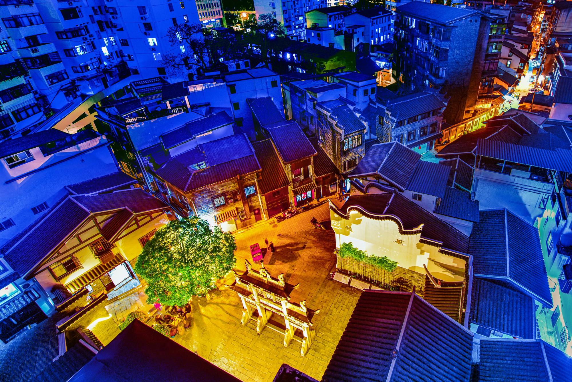 【18号作品:贤关之夜】 西文庙坪,长沙最老的城区,有机更新后,厚重的历史再次发出耀眼的光芒。