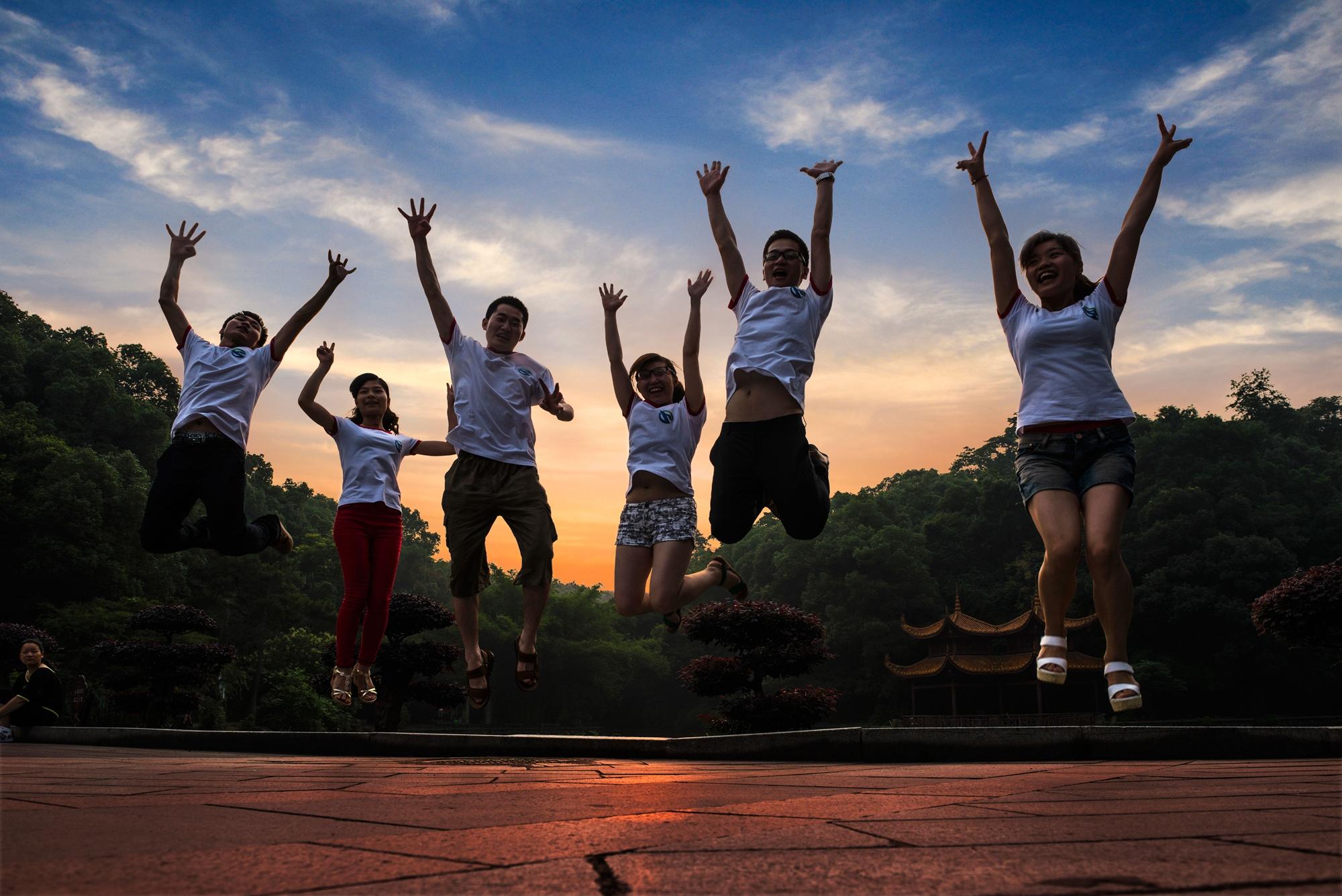 【7号作品:霞映南郊】 夕阳西下,夜幕来临,微风拂面,南郊公园健身、休闲,心旷而神怡。