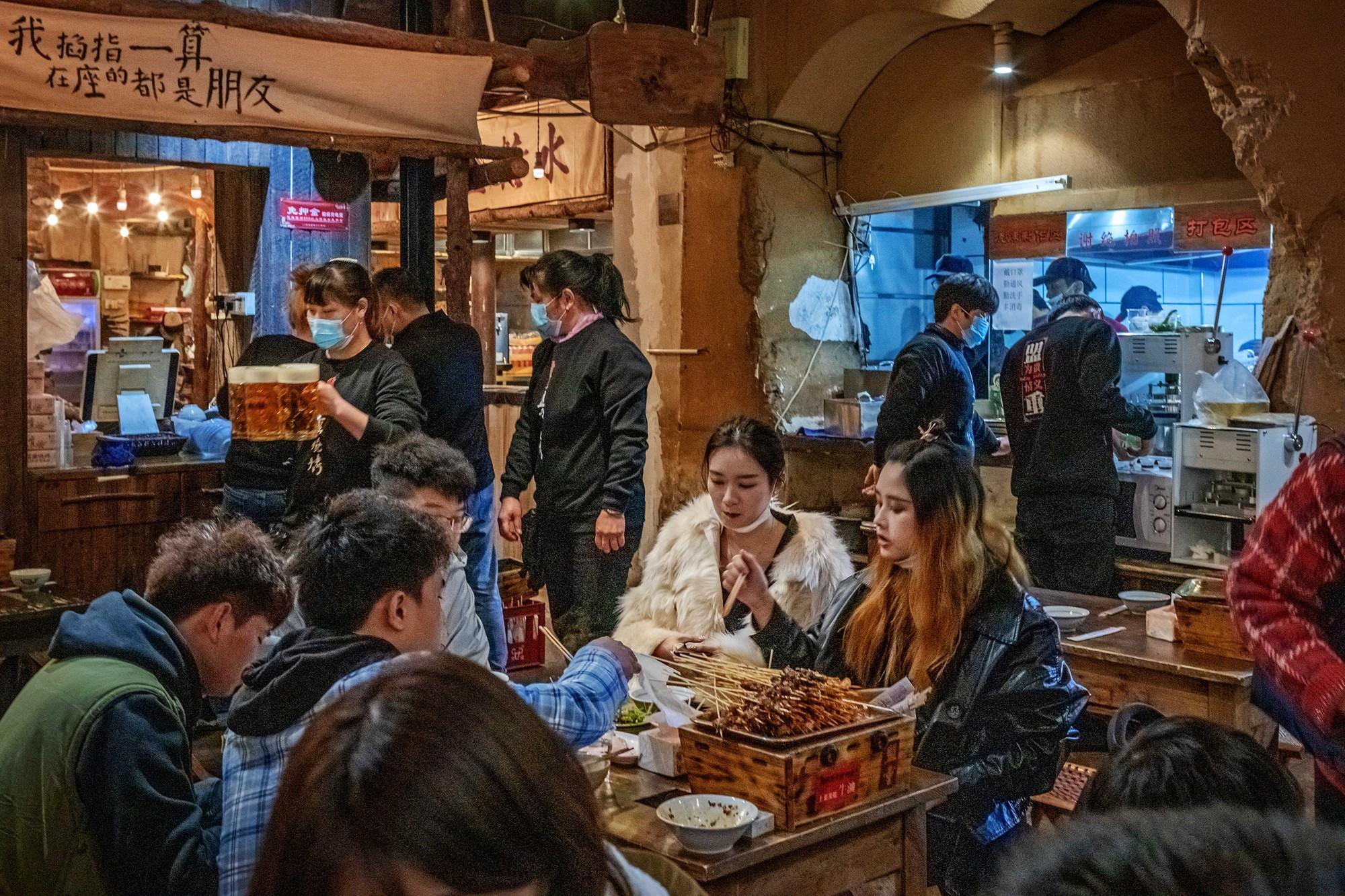 """【38号作品:裕南街夜市】 裕南街夜市,长沙夜宵""""圣地"""",早已名声在外,一处处老街、老店深受食客们青睐。"""
