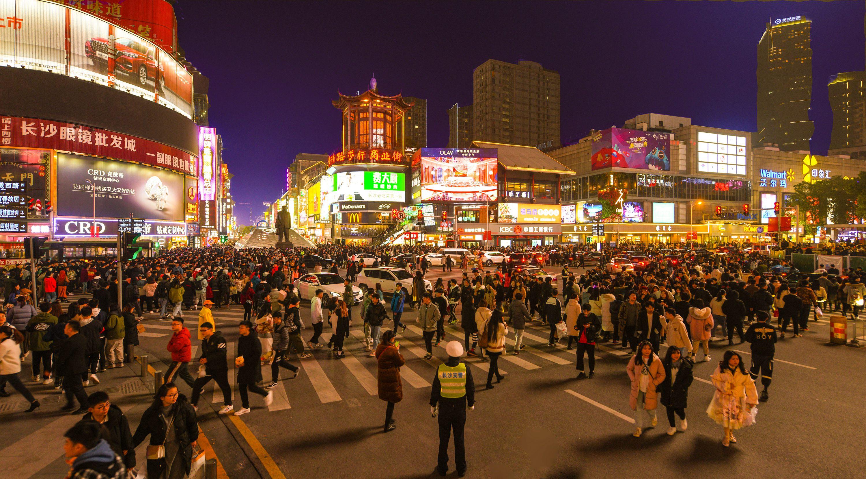 【33号作品:熙熙攘攘】 夜色下,人群熙熙攘攘,摩肩接踵,五彩霓虹中黄兴南路步行商业街尤为抢眼。