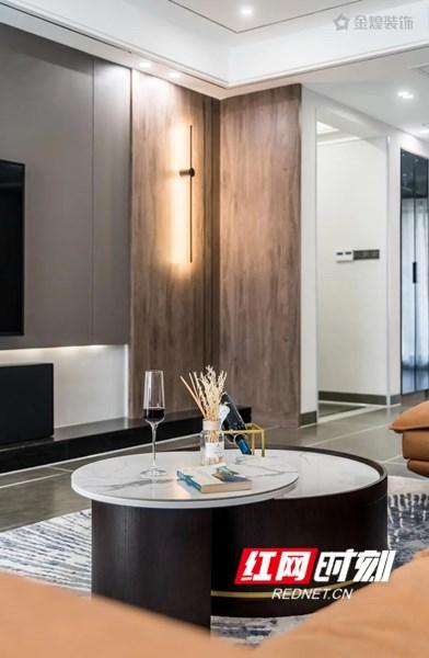 【客厅】 设计师以黑白灰的自然反璞色系作为空间的主色调,同时将一丝日式侘寂美学的影子融入其中,注重情感与氛围的渲染,营造出简朴素美的舒适感。
