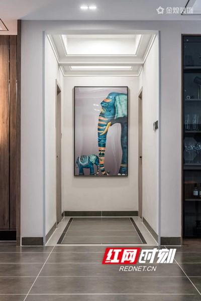 大门正对面的玄关,放置着业主收藏的装饰画,作为一进门的第一眼,颜值和仪式感都很突出。