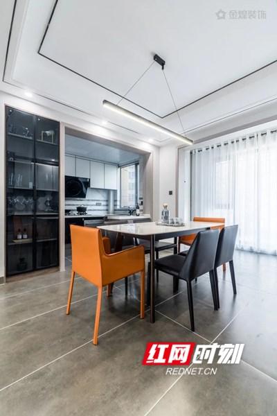 由于厨房面积较小,设计师根据空间结构划分两个区域,冷餐操作区满足洗切工序,延伸出的岛台与开放式餐厅连接,左边的烹饪操作区主要作为烹饪和炒菜,满足日常烹饪的需求,各种电器镶嵌入其中,这样一来厨房的操作空间增大了不少,从而解决了空间面积小的问题。
