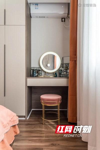 床尾右边布置了一张梳妆台,摆设着精致端庄的小摆饰,让空间顿时拥有了灵巧的精致感。