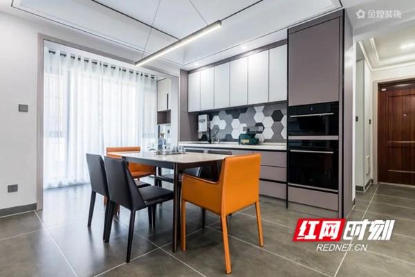【餐厨空间】 设计师希望打造一个简约轻盈的用餐空间,营造轻松但不失品质的就餐氛围。餐厅空间延续了客厅的风格设计,以大理石+饰面板做层次处理,冷暖结合,刚柔并济,来自厨房与客厅的光线同时倾入,空间氛围轻松明快。