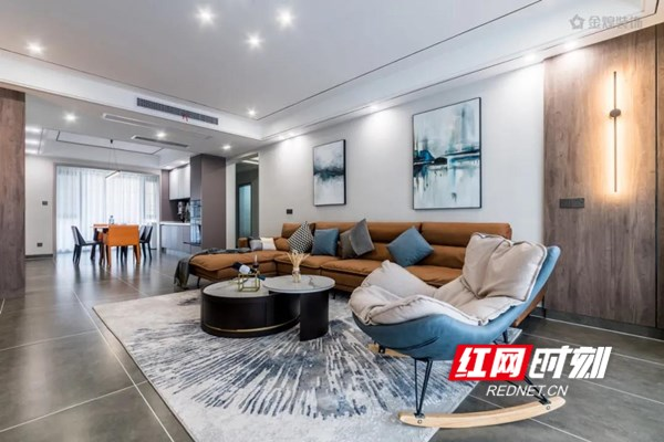 蓝色与灰色相间的休闲单人椅与空间黑白灰的整体色调形成跳色反差,带给人强烈视觉冲击力和美感。阳台摒弃了常规晾晒功能,将空间纳入客厅,设计了茶几、懒人沙发、休闲地台,优质灯光的设计上多以线性以及辅助点光源为主,强调的是空间氛围,给空间增添许多生气和温度。业主非常喜欢这种通透简练的开放式空间,增加了与客厅的互动性,形成了一个家中很好的休闲区域。