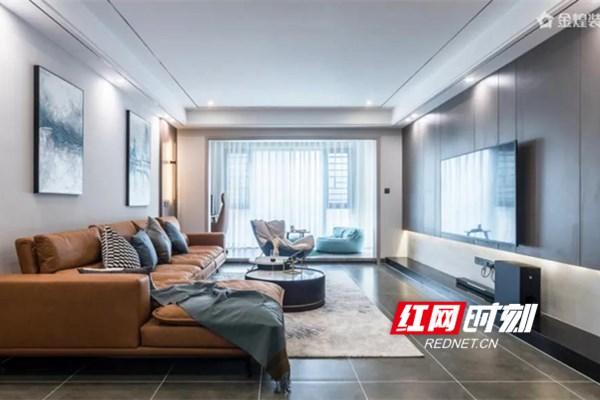 客厅无主灯设计,四周增加了点光源,灯光保证足够的情况下,又增加了吊顶的层次感。柔灰的墙面、温润的皮质沙发和手感厚实的木质电视背景墙交相辉映,最大化的利用了整个空间,将艺术性与实用性完美的结合到了一起。