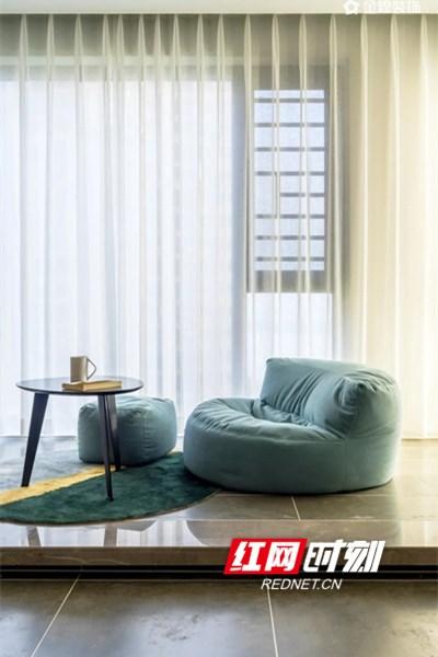 阳台摒弃了常规晾晒功能,将空间纳入客厅,设计了茶几、懒人沙发、休闲地台,优质灯光的设计上多以线性以及辅助点光源为主,强调的是空间氛围,给空间增添许多生气和温度。业主非常喜欢这种通透简练的开放式空间,增加了与客厅的互动性,形成了一个家中很好的休闲区域。