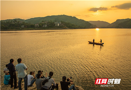 一起拍夕阳 。(刘萍/摄)