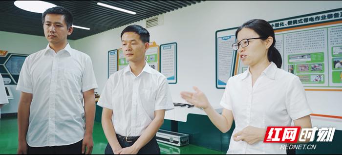 4、刘兰兰(右一)工作照.png