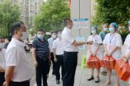 雙峰縣委書記qiao)硎 蹇賜wei)問疫苗接種點一(yi)線醫務工作者