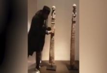 """""""这是从非洲偷来的!""""非裔男子在卢浮宫抱起雕塑就走"""